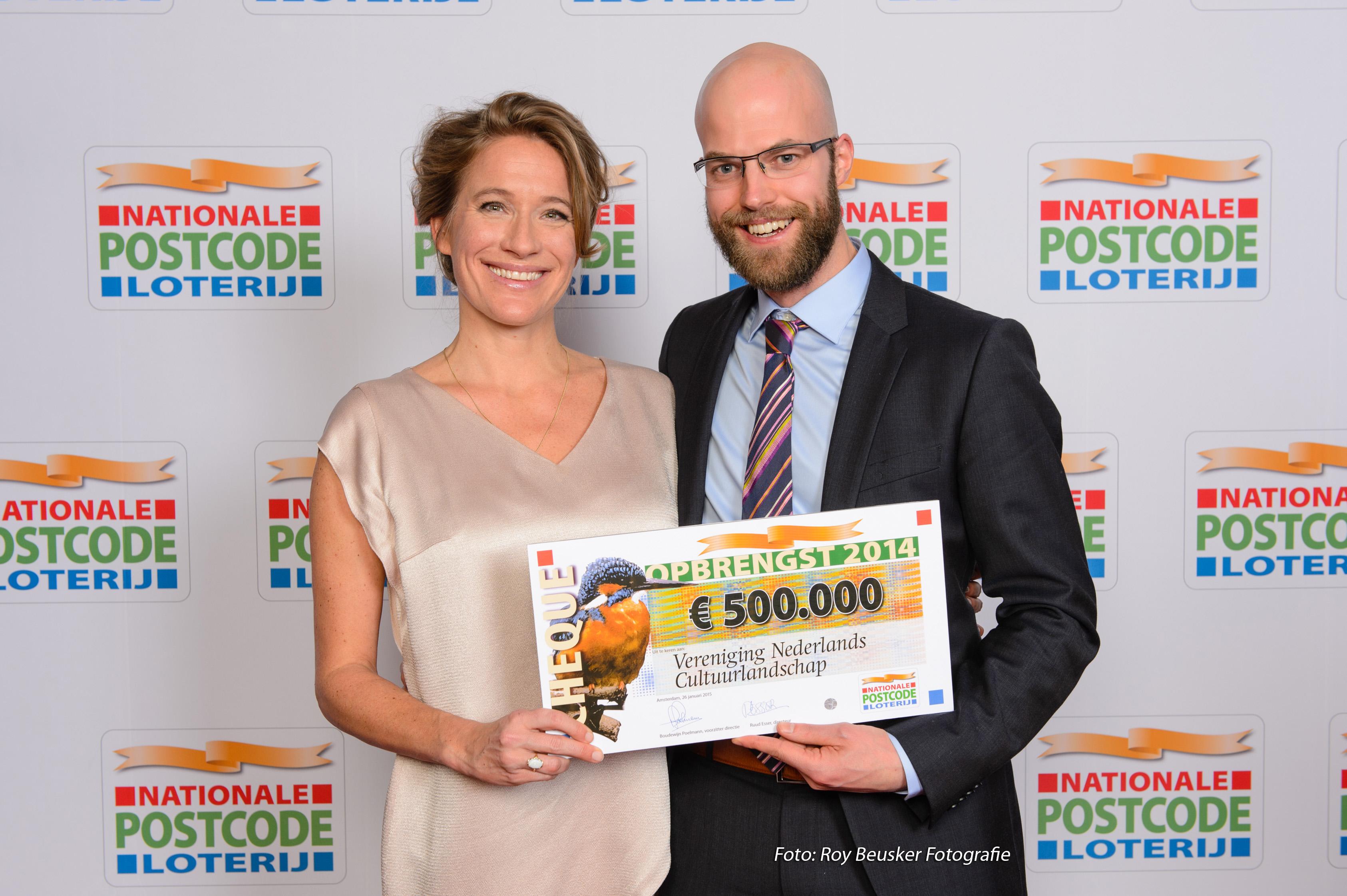 Egbert Jaap Mooiweer, adjunct-directeur van de VNC, nam de cheque in ontvangst.
